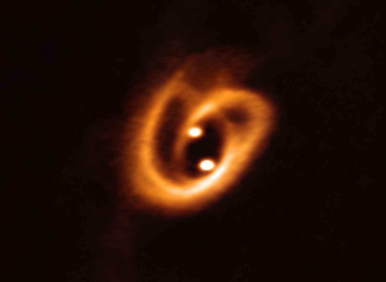 Imagem do nascimento de uma estrela binária