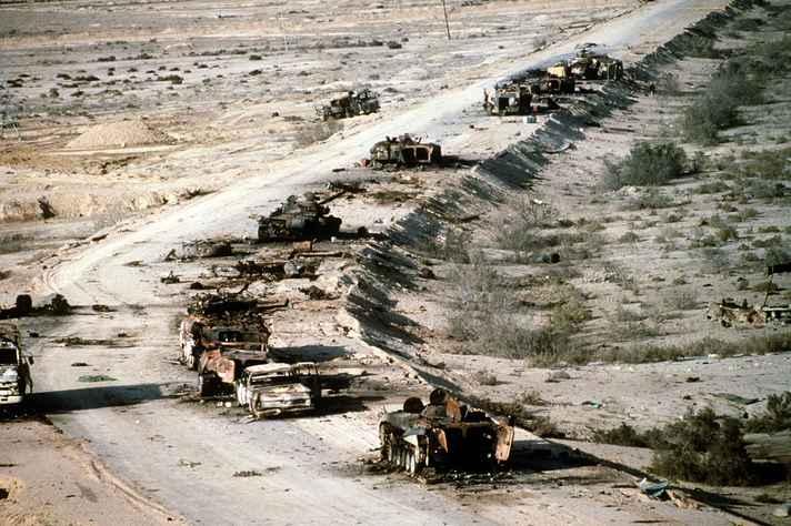 Destroços de veículos militares e civis iraquianos destruídos na