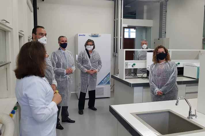 Acompanhados de representantes da administração central e do Departamento de Química, Sandra (à direita) e o juiz juiz Elton Pupo Nogueira (o mais alto) visitam o laboratório