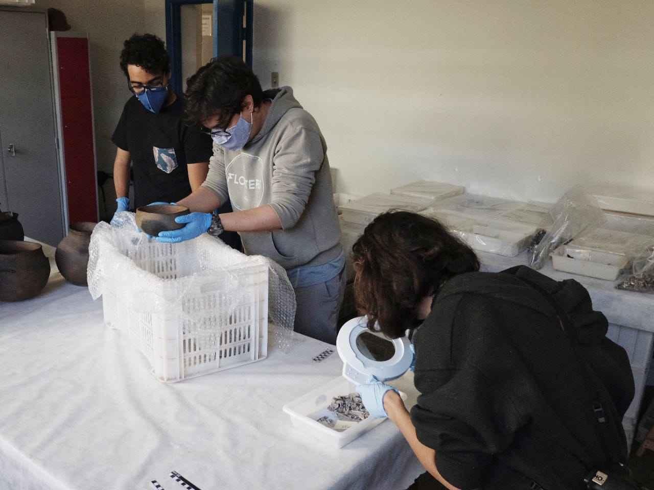 Sala de triagem no Museu, onde o acervo resgatado é preparado para a reserva técnica provisória