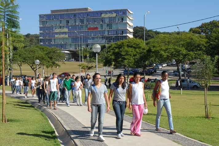 Estudantes secundaristas no campus Pampulha:  calendário da UFMG em consonância com cronograma divulgado pelo Ministério da Educação