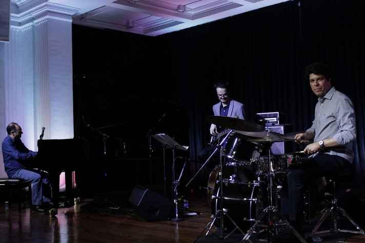 Fábio Torres (ao piano), Bruno Migoto e Edu Ribeiro: clássicos e composições próprias