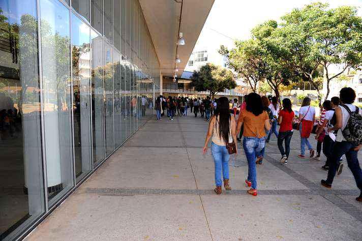 Estudantes na entrada CAD2, onde serão realizadas as atividades da próxima terça-feira