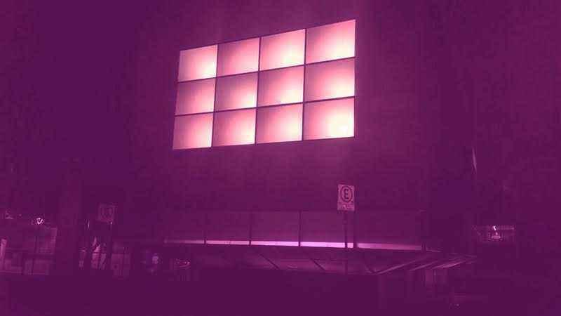 Espaço do Conhecimento iluminado com a cor do Outubro Rosa