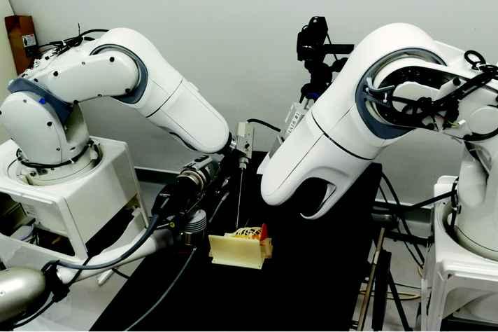 Sistema robótico usado em cirurgia minimamente invasiva em maquete de paciente neonatal