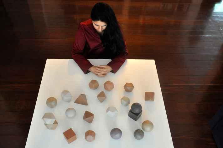 Patricia Franca-Huchet e uma das obras da exposição 'Ar do tempo'