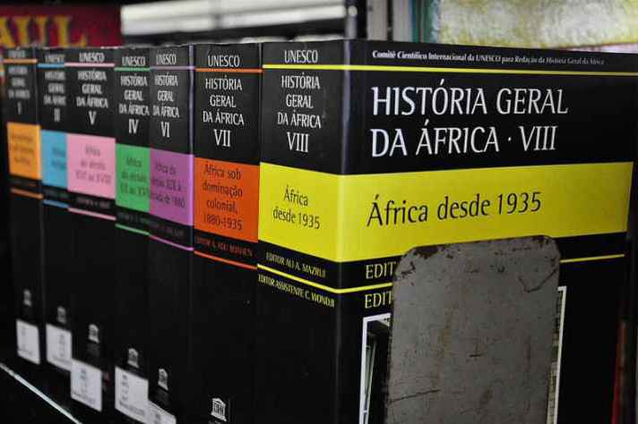 Volumes da coleção sobre a história da África, tema de um dos minicursos programados