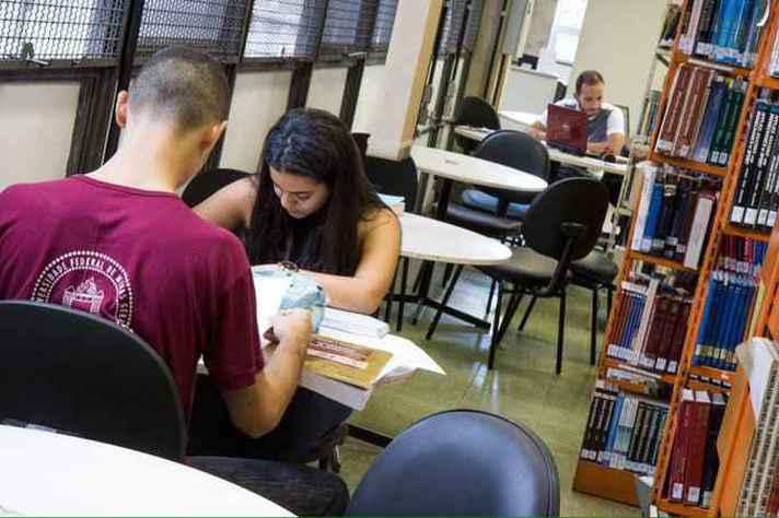 A leitura que busca o conhecimento acadêmico foi tema de uma das pesquisas relatadas no livro
