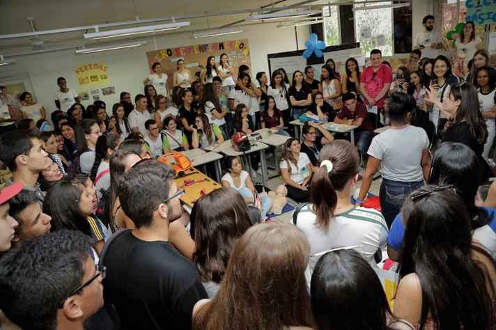 Estudantes secundaristas, em sala interativa, uma das atividades concorridas da Mostra
