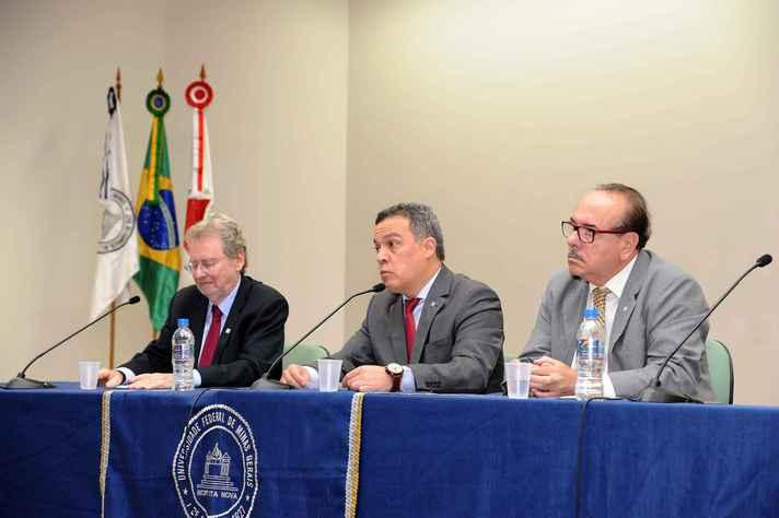 Mesa de abertura foi composta pelos presidentes da ABC, Luiz Davidovich, e da Fapemig, Evaldo Vilela (nas extremidades), e pelo reitor Jaime Ramírez (ao centro)