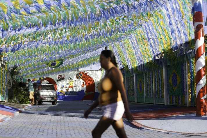 Rua do Distrito Federal enfeitada para a Copa: alteração no expediente vale para as partidas desta sexta e da próxima quarta-feira