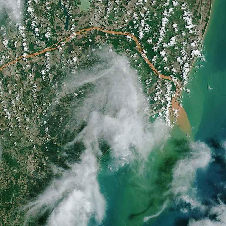 Imagem de satélite da foz do Rio Doce invadida pela lama capturada duas semanas após o rompimento da barragem em Bento Rodrigues