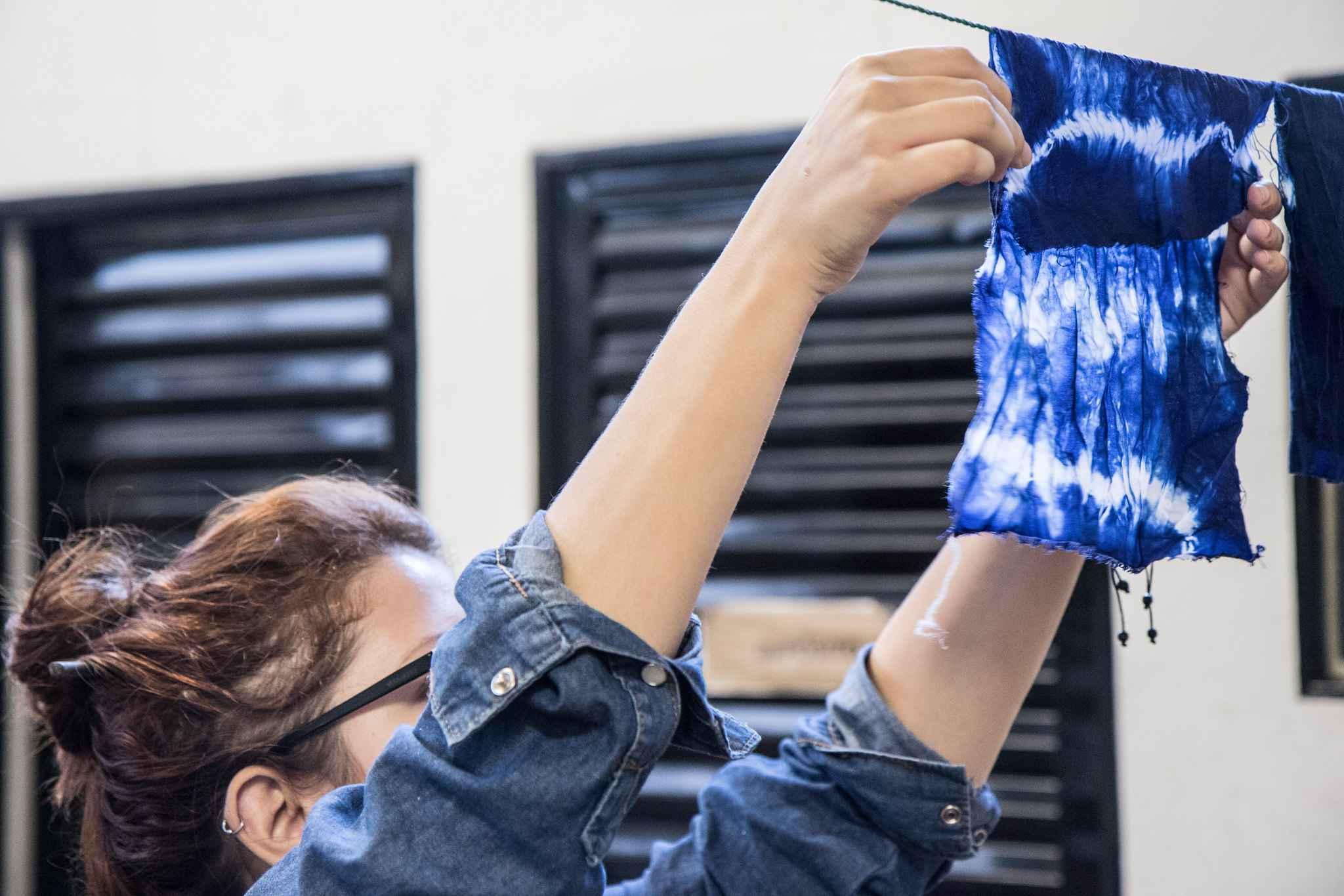 Estudante exibe peça produzida durante as atividades da disciplina Estamparia A, do curso de Design de Moda, um dos seis que selecionam candidatos pelo Vestibular de Habilidades