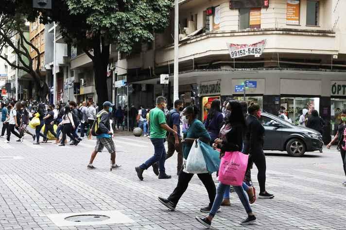 Pessoas caminhando em Belo Horizonte após a reabertura do comércio em Belo Horizonte