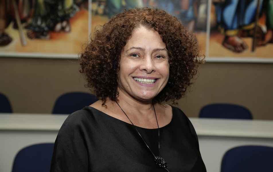 Coordenadora de Assuntos Comunitários Aparecida de Fátima Spínula, servidora técnico-administrativa em educação