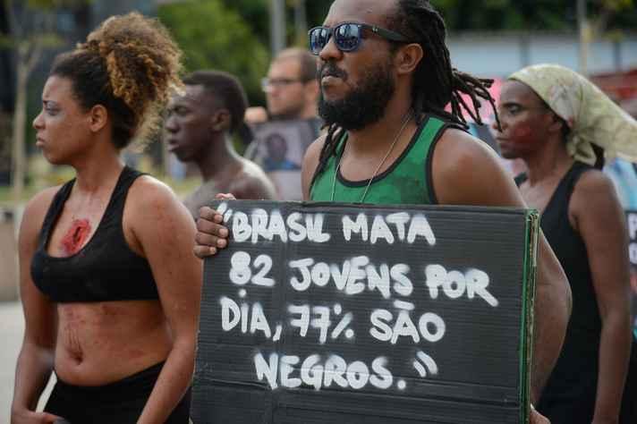 Mães de jovens mortos protestam contra violência policial no RJ