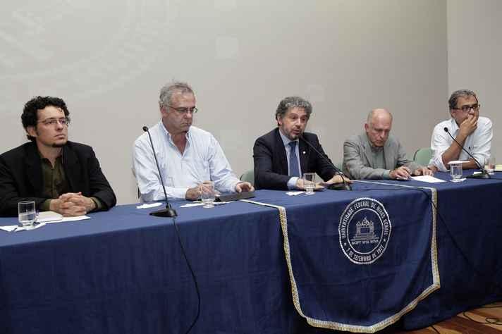 Mesa da plenária final do seminário: da esquerda para a direita, Gilberto Libânio, Estevam Las Casas, Fábio Alves, Paulo Baeta e Rômulo Monte Alto