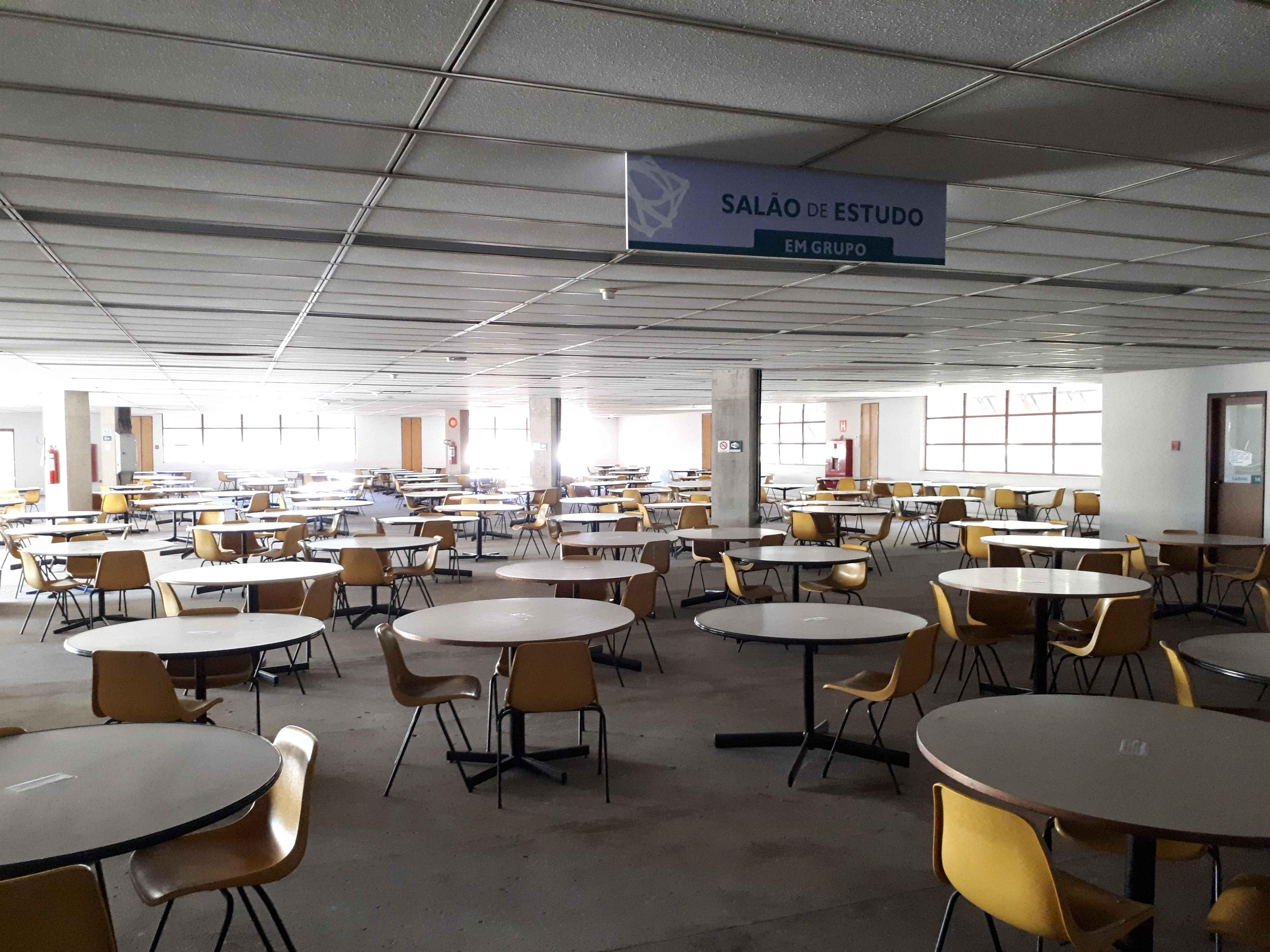 Salão de estudo da Biblioteca Universitário vazio durante a pandemia:
