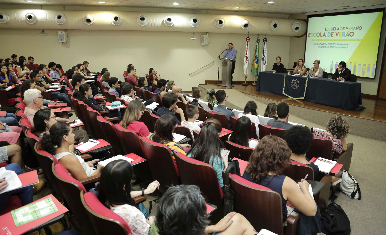 Aula magna da Escola de Verão Educação e Direitos Humanos no auditório da Faculdade de Ciências Econômicas