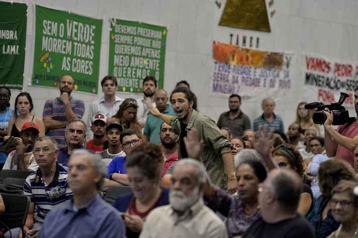 Dezenas de manifestantes acompanharam a reunião e protestaram contra mineradora