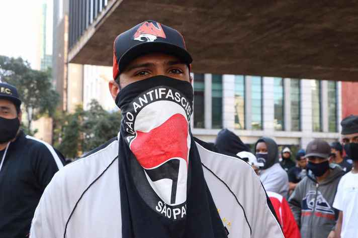 Manifestante carrega bandeira antifascista durante ato em São Paulo
