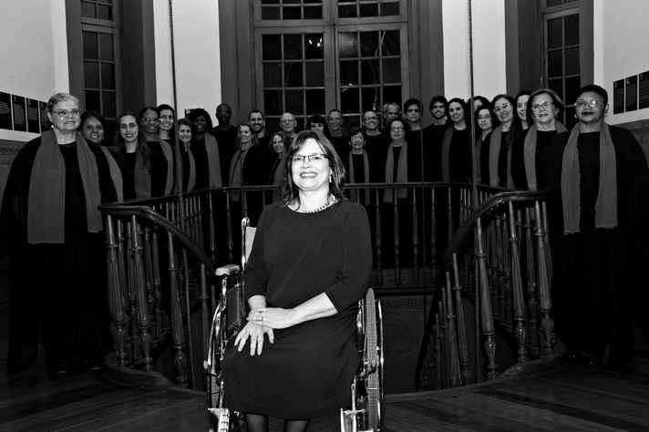 A regente Luzia Antoniol com o grupo: prêmios e pesquisa