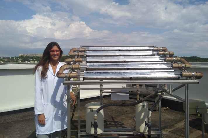Maria Clara Starling e o foto-reator instalado na UFMG