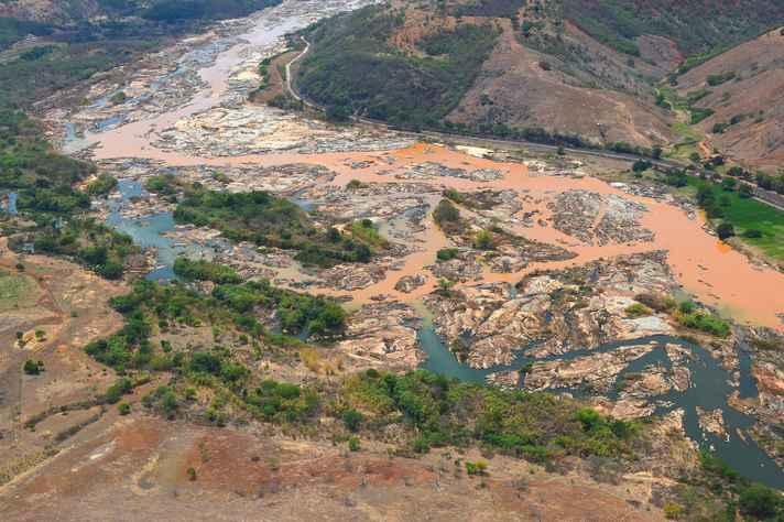 Área tomada pela lama da barragem de rejeitos da Samarco, em Bento Rodrigues