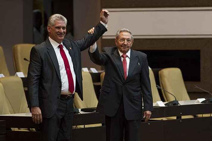 O novo presidente de Cuba, Miguel Díaz-Canel, ao lado do ex-presidente Raúl Castro.
