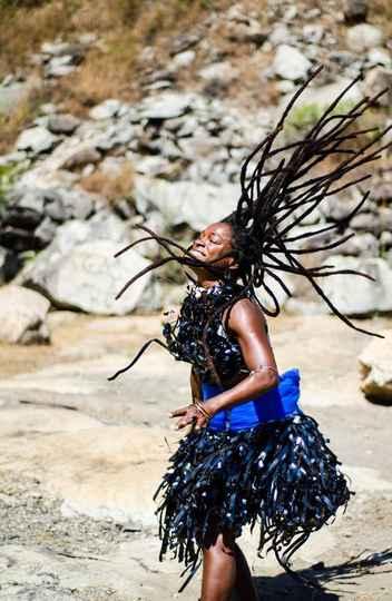 Oficina 'Corporeidades afro-brasileiras e africanas' será ministrada pela bailarina Júnia Bertolino, que é pós-graduada em estudos africanos e afro-brasileiros