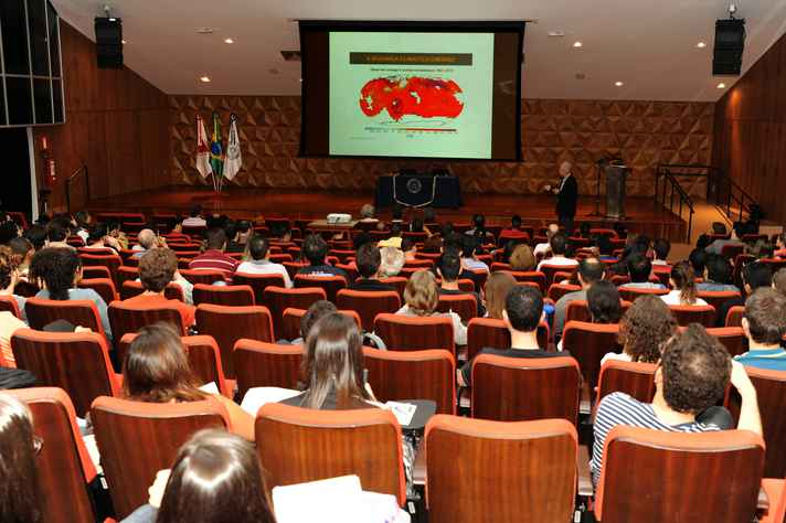 Conferência foi realizada no Centro de Atividades Didáticas de Ciências Naturais (CAD1)
