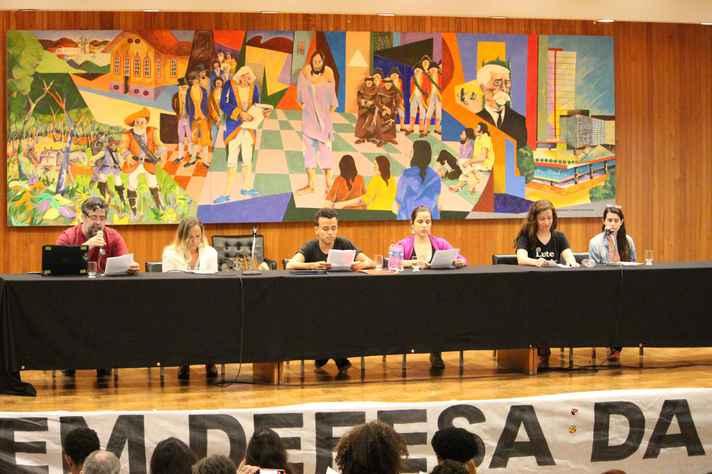 Representantes de vários setores, em evento na Faculdade de Direito, fizeram a leitura do Manifesto de lançamento da Frente Mineira