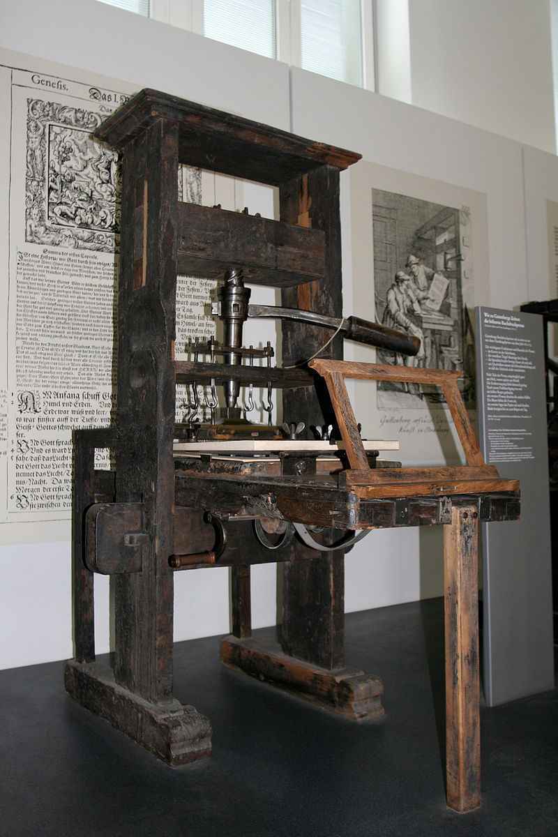 Prensa de tipos móveis de 1811 em exposição; máquina será abordada em atividade sobre história da escrita