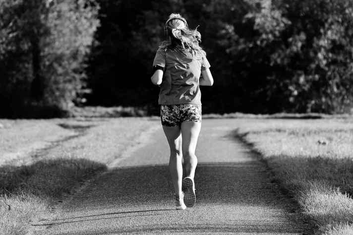Atividades físicas como corridas e caminhadas fortalecem o sistema imunológico do organismo