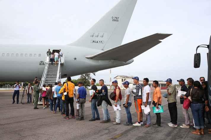 Refugiados venezuelanos em Boa Vista (RR) embarcam em avião da FAB com destino a São Paulo e Cuiabá: solicitações de refúgio no Brasil passaram de 964, em 2010, para 33.866, em 2017