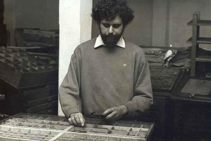 Guilherme Mansur manuseando tipos móveis
