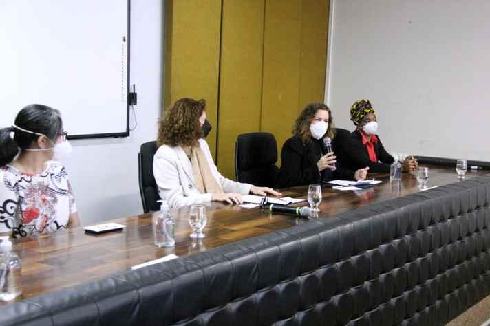 Sandra Goulart Almeida (com microfone), na abertura do evento: