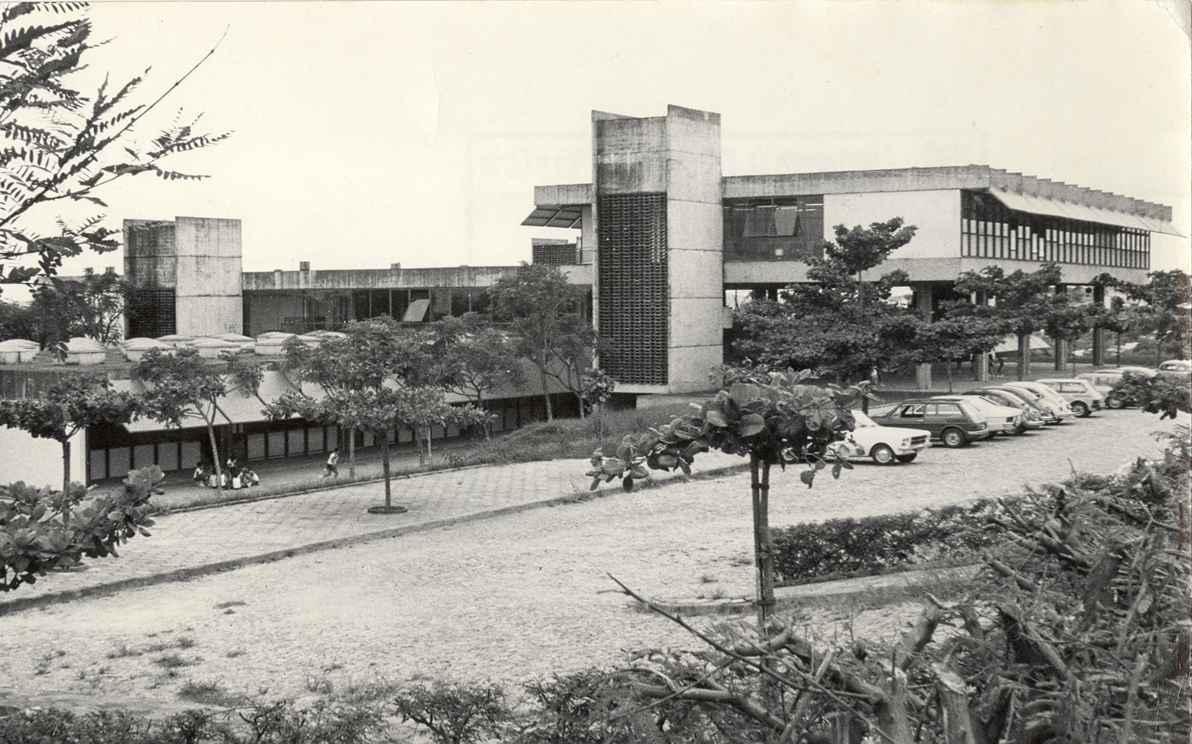 Fachada principal e estacionamento do Centro Pedagógico, no campus Pampulha em Belo Horizonte. Sem datação.