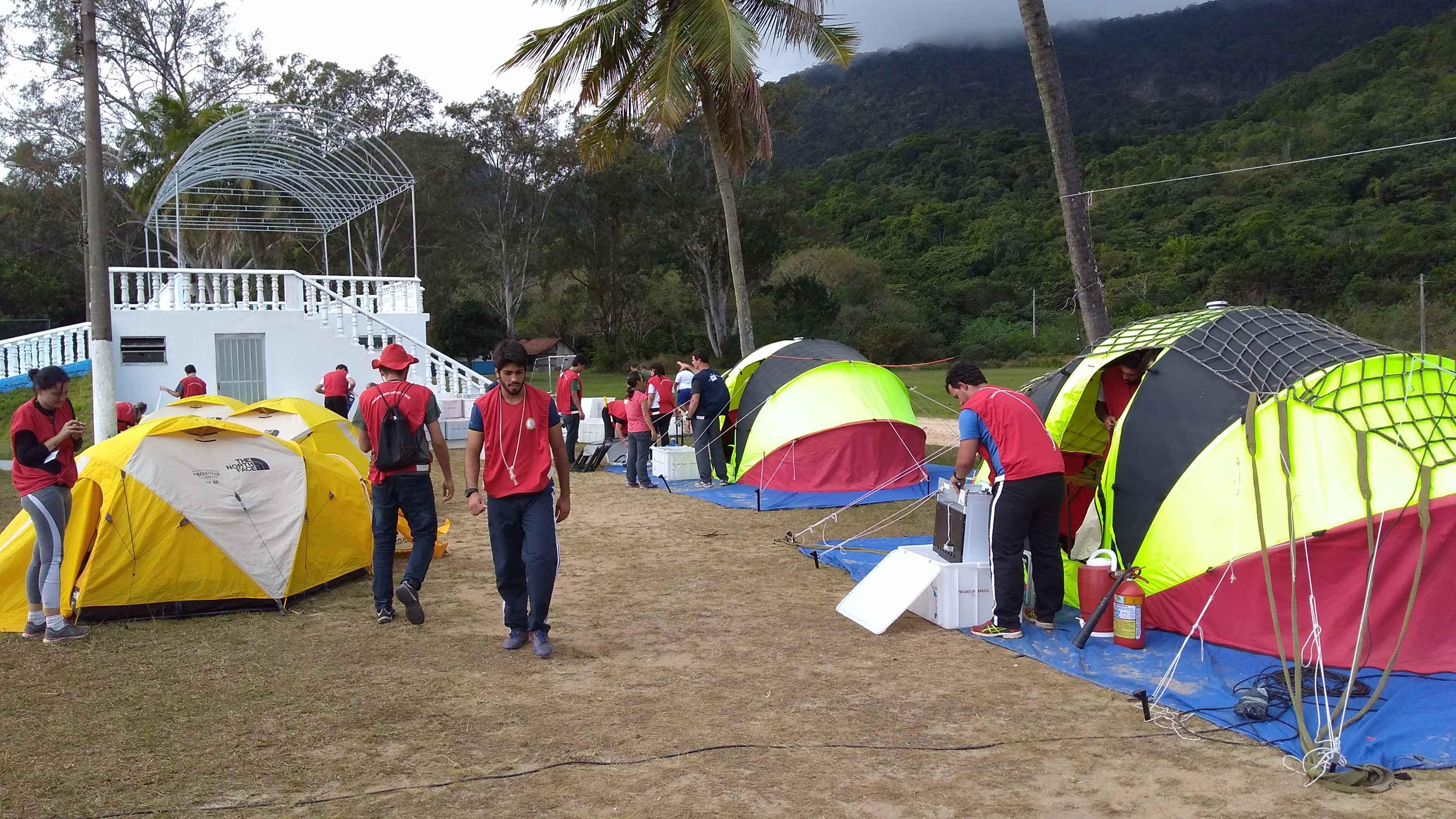 Modelo simulado de acampamento antártico instalado na Ilha de Marambaia: