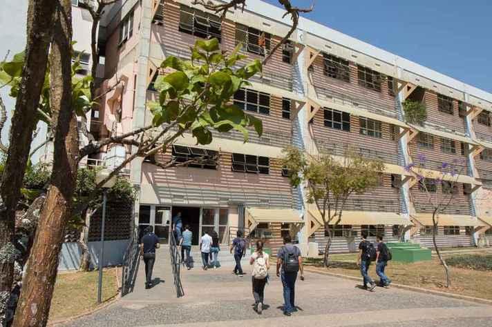 Movimentação de estudantes na entrada do prédio do Icex, no campus Pampulha, antes da pandemia: candidatos classificados devem fazer registro e upload dos documentos na página do Sisu UFMG