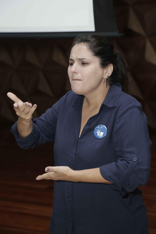 Cristiana Klimsa interprete de Libras
