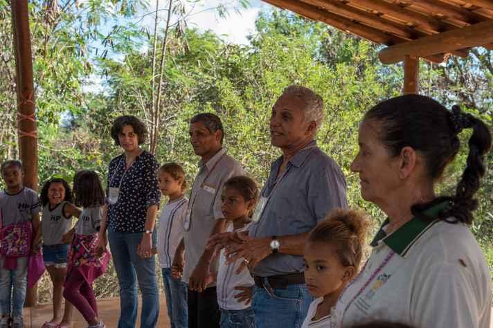 Daniel Gomes Ferreira (ao centro, entre duas crianças) ouviu falar do Programa pelas redes sociais