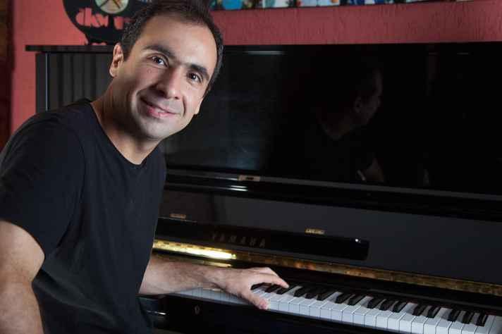 Pianista Christiano Caldos tem se apresentado em 'lives' com artistas consagrados da música brasileira