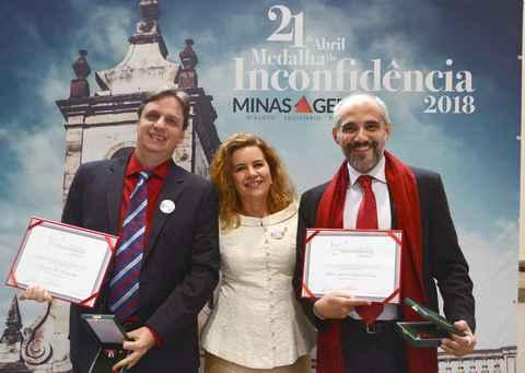 A reitora Sandra Almeida entre os professores Thomas Bustamante e Marcelo Cattoni, agraciados com