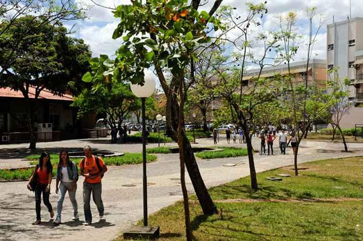 Estudantes caminham no campus Pampulha.