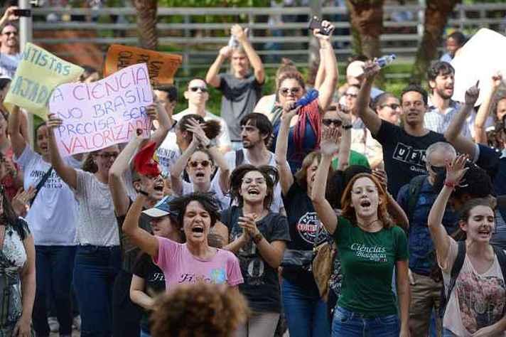 Estudantes protestam durante a marcha contra o corte de recursos para a ciência