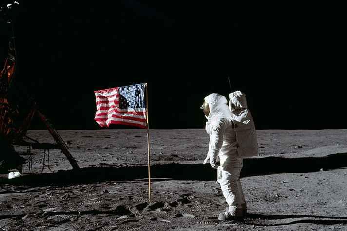 O astronauta Buzz Aldrin  faz reverência à bandeira dos EUA, em solo lunar