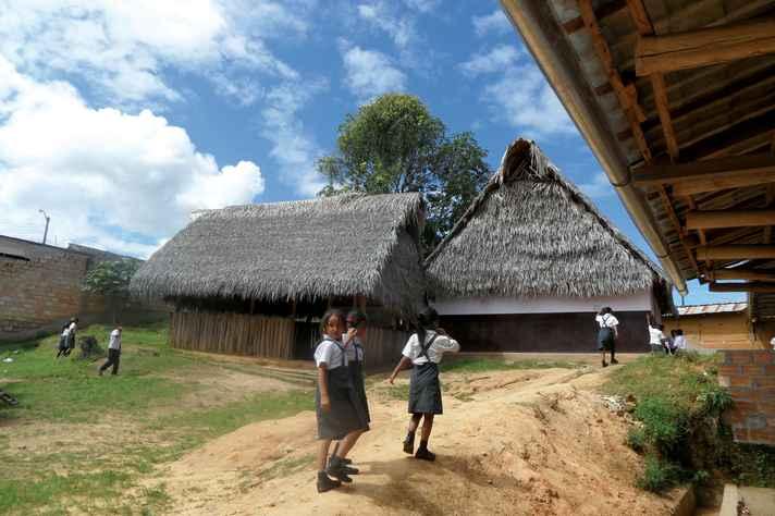 Crianças em vilarejo da etnia quéchua-lamista, em San Martín, no Peru