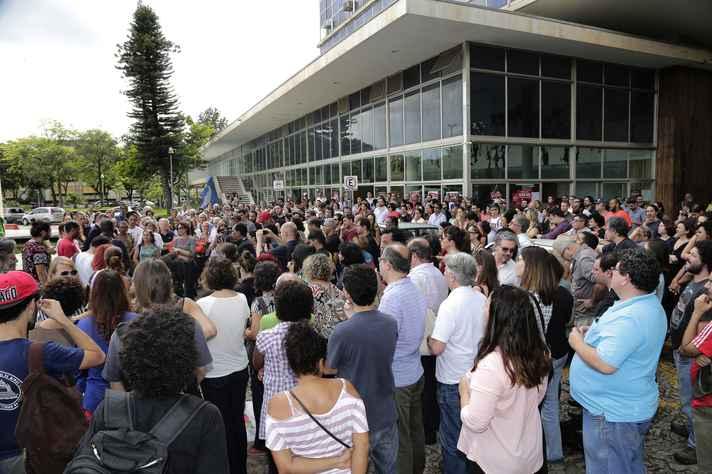 Integrantes da comunidade se reuniram em frente ao prédio da Reitoria