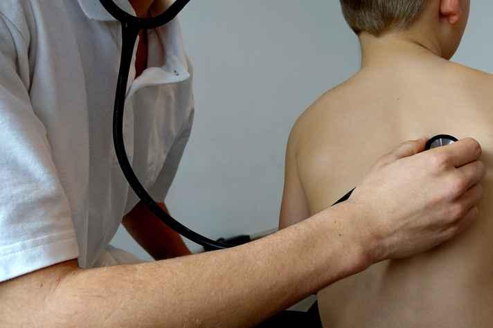 Criança realizando exame preventivo